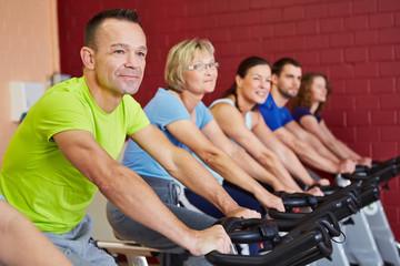 Leute beim Spinning im Fitnesskurs