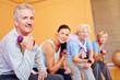 Gruppe beim Seniorensport mit Hanteln