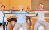 Senioren trainieren Rücken mit Gymnastikband