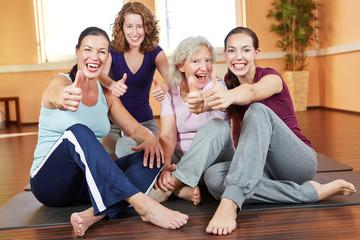 Frauengruppe hält Daumen hoch