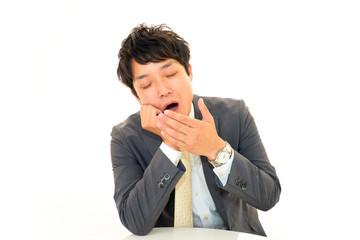 あくびをするビジネスマン