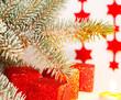 Geschenkpäckchen unter dem Weihnachtsbaum