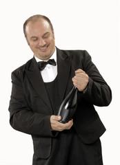 Sommelier destapando una botella de vino.