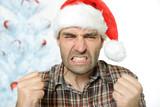 Wütender Mann mit Nikolausmütze