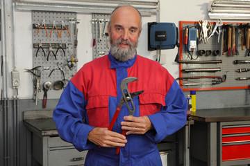 mécanicien automobile dans garage