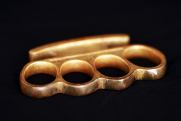 Schlagring in Gold