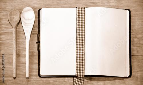 Kochbuch und Kochlöffel