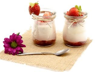 Yogur con mermelada y fresa