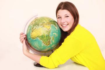 Mädchen umarmt die Erde
