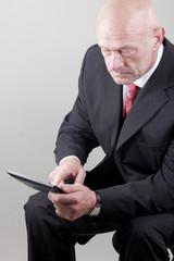 Mann mit seinem Tablet