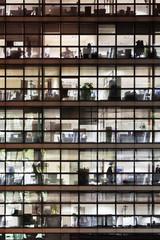 nächtliche Fassade eines Bürogebäudes