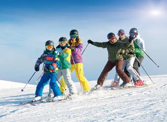 Gruppe Skifahrer – Kinder und Erwachsene