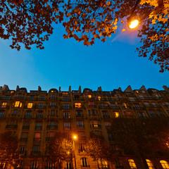 Pariser Stadthäuser bei Nacht