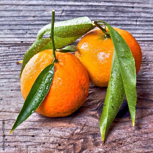 mandarini su tavolo in legno