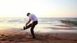 Homme sportf sur le sable