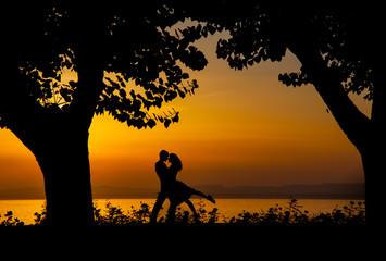 innamorati al tramonto, sagome al tramonto