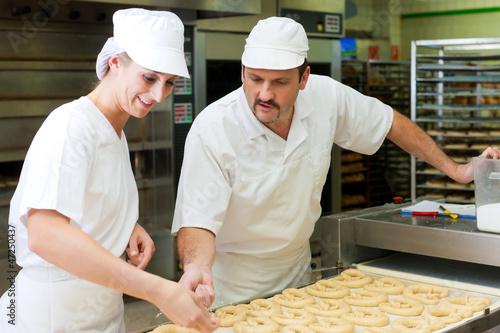 Bäcker und Bäckerin in der Backstube