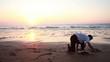 Homme pratiquant de la gymnastique sur la plage