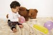 Kleinkind mit Teddybär und Luftballons