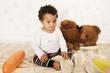 Süßes Kleinkind mit Teddy