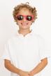 Cooler Junge mit roter Sonnenbrille