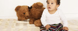 Kleinkind mit Teddy
