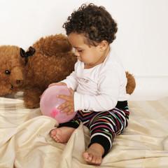 Kleinkind und Teddybär