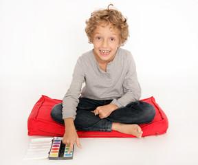 Kleiner Junge mit Malkasten