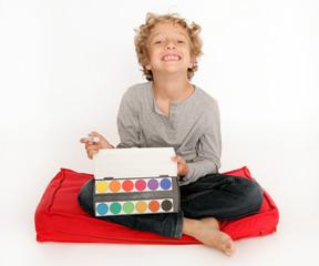 Kleiner Junge mal mit Wasserfarben