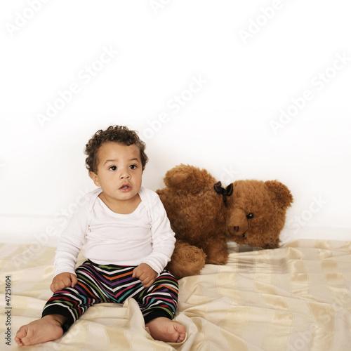 Süßes Baby mit Teddybär