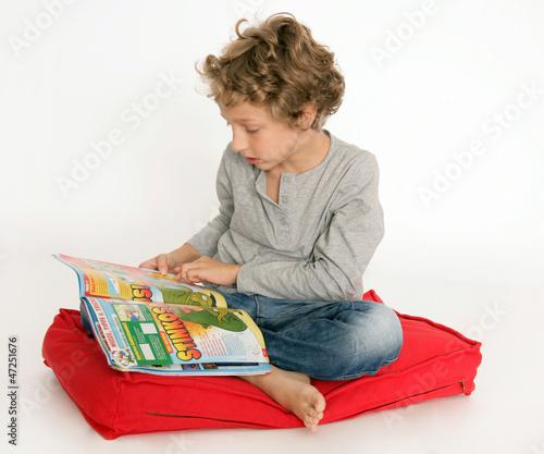 Kleiner Junge mit Comic