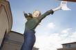 Freudensprung einer jungen Frau mit Mietvertrag