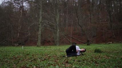Homme faisant des acrobatie en forêt