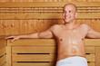 Mann entspannt in Sauna