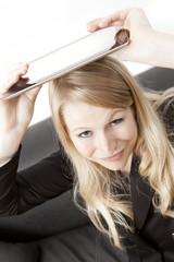 Frau hält Tablet PC über den Kopf