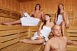 Entspannte Leute in der Sauna
