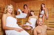 Männer und Frauen in gemischter Sauna