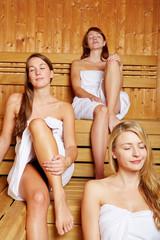 Frauen genießen die Sauna