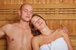 Paar entspannt in Sauna