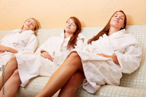 Drei Frauen auf Wärmebank zur Entspannung