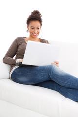 Junge Frau kauft im Internet ein