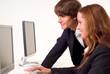 Zwei Azubis am PC Arbeitsplatz