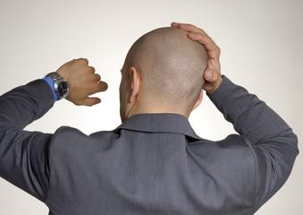 Hombre de negocios,ejecutivo viendo su reloj.