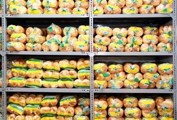 Abgepackte Backwaren im Lager einer Industriebäckerei