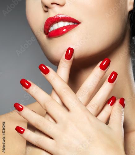 kobieta-z-modnymi-czerwonymi-paznokciami-i-zmyslowymi-ustami