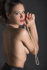 Mujer sexy con collar de perlas y labios rojos