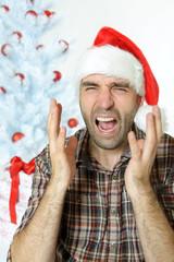 Brüllender Mann unterm Weihnachtsbaum