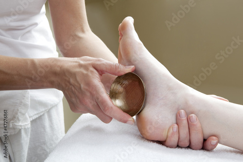 technique of the bronze bowl for an energetic massage