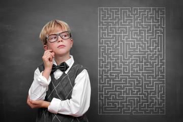 Junge mit Labyrinth auf Blackboard