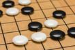 Nahausfnahme von Spielsteinen auf einem Go Brett